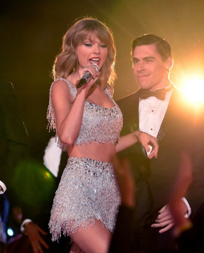 Taylor-swift-on-stage