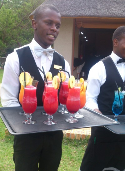 cocktails-with-waiter