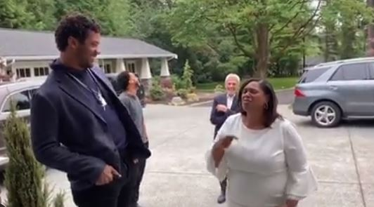 Russell Wilson surprises his mom with a new house